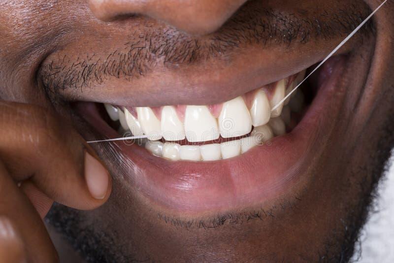 Close-up de um homem que limpa seus dentes fotografia de stock royalty free