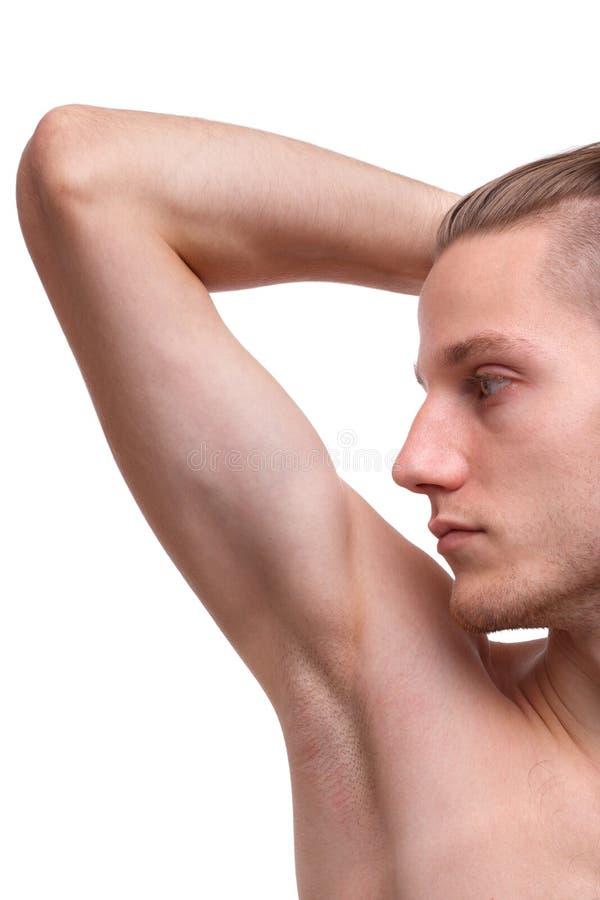 Close-up de um homem que mostra uma axila em um fundo branco fotografia de stock