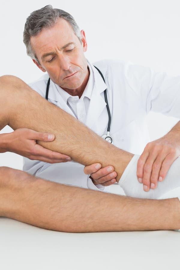 Close up de um homem que obtém seu tornozelo examinado foto de stock royalty free