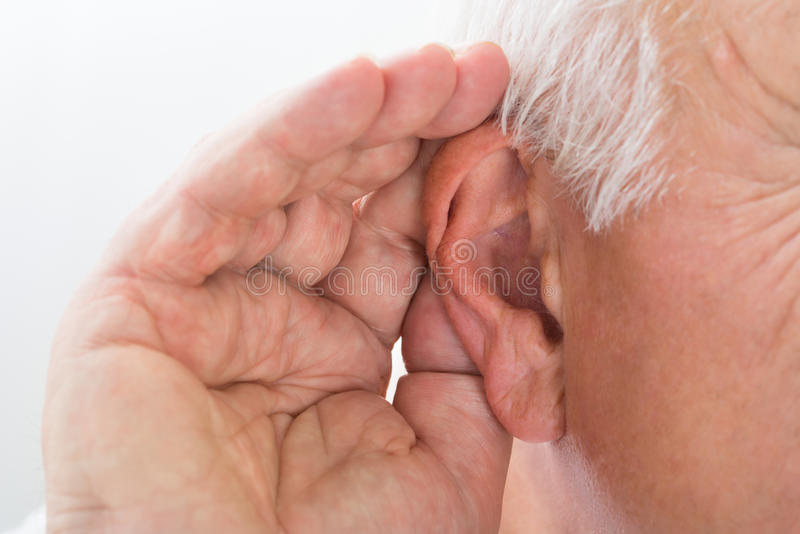 Close-up de um homem que tenta ouvir-se fotos de stock royalty free