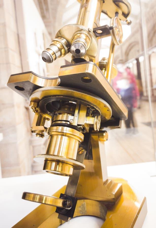 Close up de um microscópio fotografia de stock