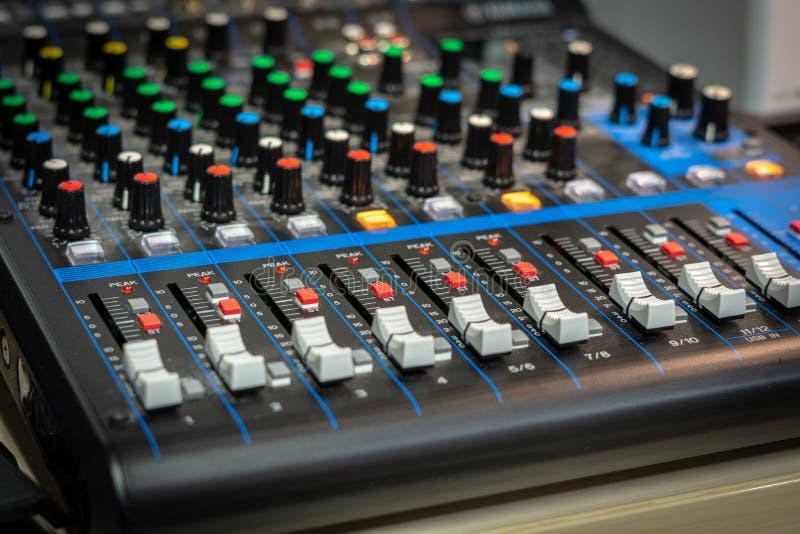 Close-up de um misturador audio fotos de stock royalty free