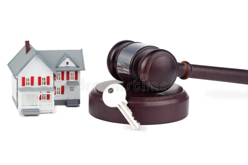 Close up de um modelo da casa do brinquedo e de um gavel marrom fotos de stock royalty free
