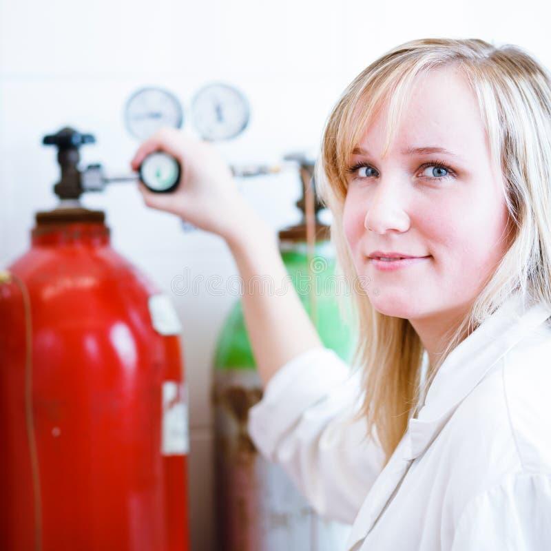Close up de um pesquisador/estudante fêmeas da química imagem de stock