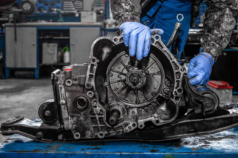 Close-up de um reparador novo do carro imagem de stock royalty free