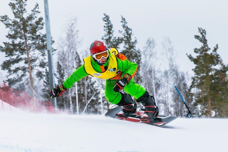 Close up de um snowboarder masculino do atleta para baixo foto de stock