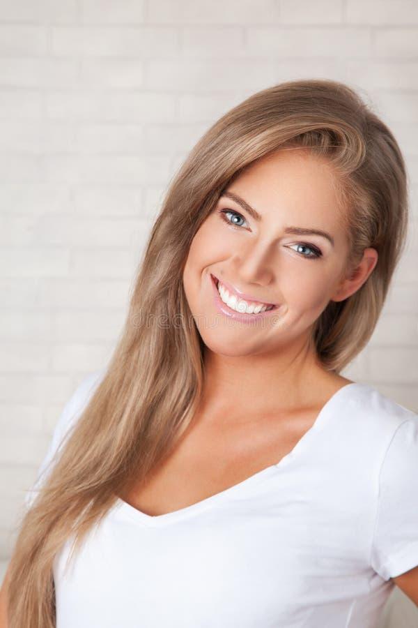 Close up de um sorriso bonito da mulher fotos de stock