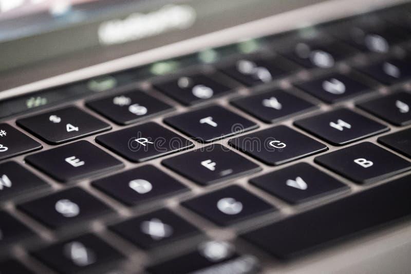 Close-up de um teclado para trás iluminado com uma profundidade muito rasa da vista nas chaves centrais imagem de stock royalty free