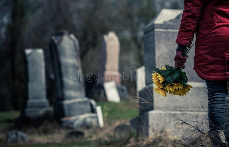 Close-up de um triste na frente de uma lápide foto de stock