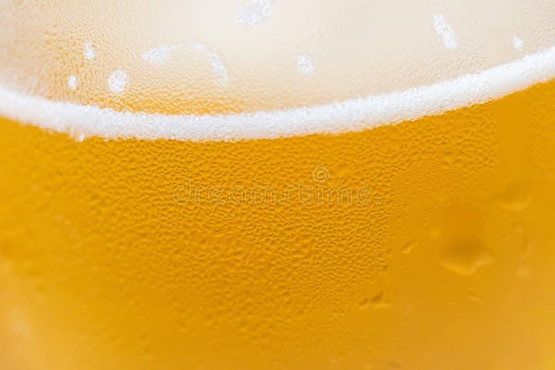 Close up de um vidro de cerveja fria com gotas da condensação na superfície fotografia de stock royalty free