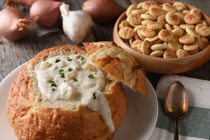 Close up de uma bacia do pão de Nova Inglaterra Clam Chowder fotos de stock royalty free