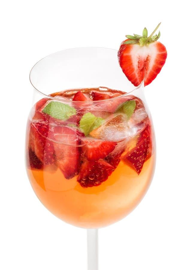 Beba com morangos e hortelã em um vidro de vinho imagens de stock