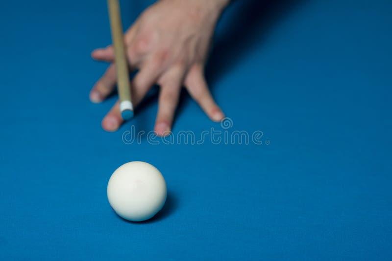 Close-up de uma bola branca que espera para disparar imagens de stock royalty free