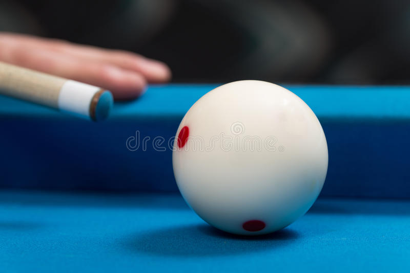 Close-up de uma bola branca que espera para disparar imagens de stock