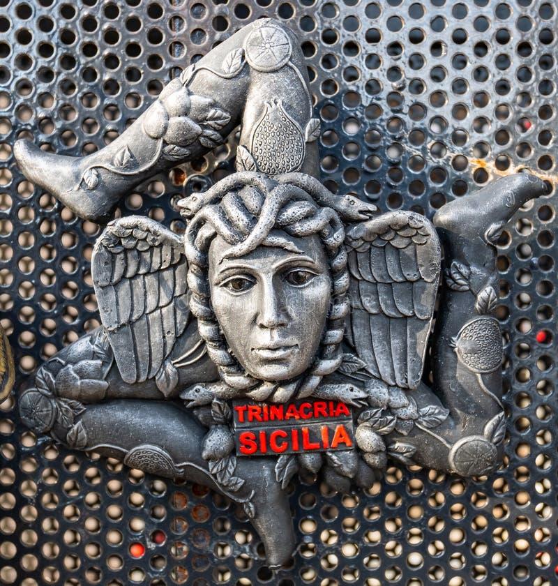 Close-up de uma brasão feita da cerâmica, representando o símbolo do trinacria de Sicília imagens de stock