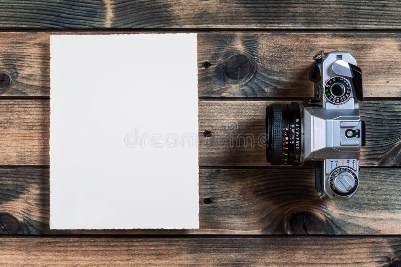 Close-up de uma câmera velha de 35mm no fundo de madeira antigo foto de stock