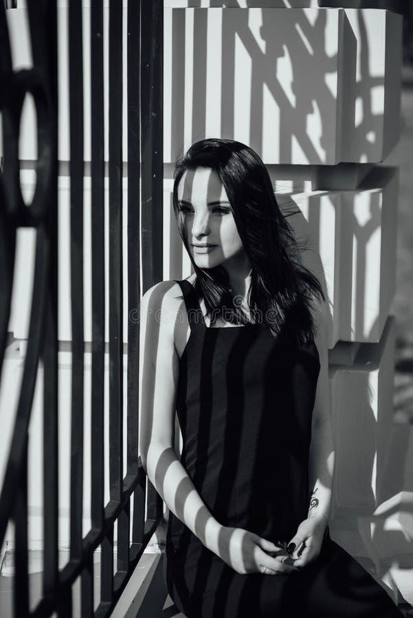 Close-up de uma cara de uma moça que sorria e de uma sombra de uma estrutura do metal em sua cara fotografia de stock royalty free