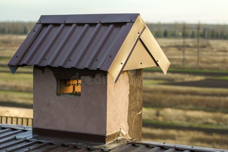 Close-up de uma chaminé construída nova em um telhado da casa sob a construção Trabalho inacabado da construção, do reparo e de r imagem de stock