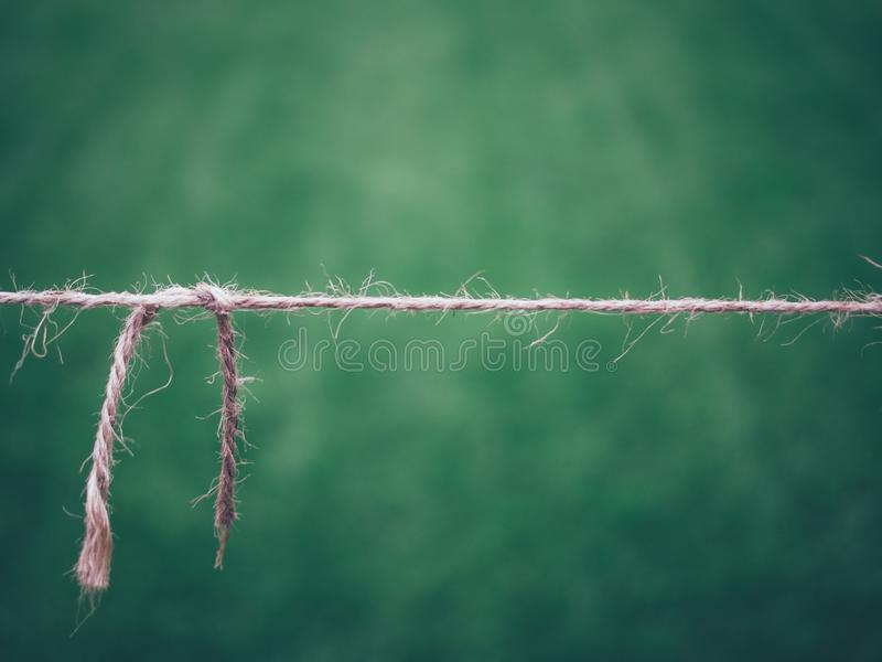 Close up de uma corda fina com um fundo borrado verde imagem de stock royalty free