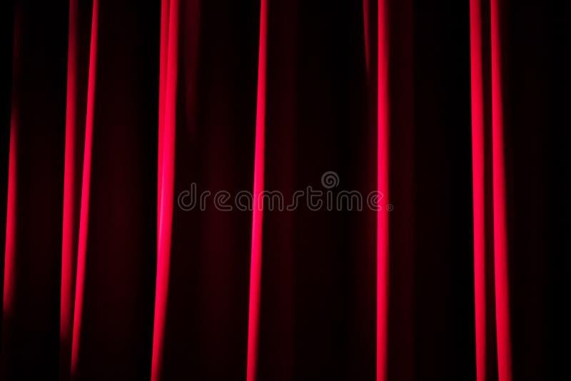 Close up de uma cortina vermelha do teatro de veludo imagem de stock