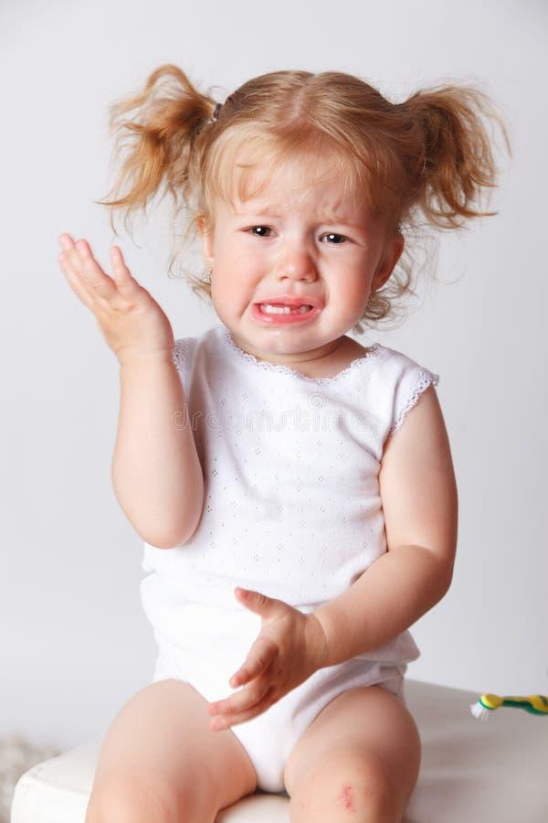 Close up de uma criança pequena de grito fotografia de stock