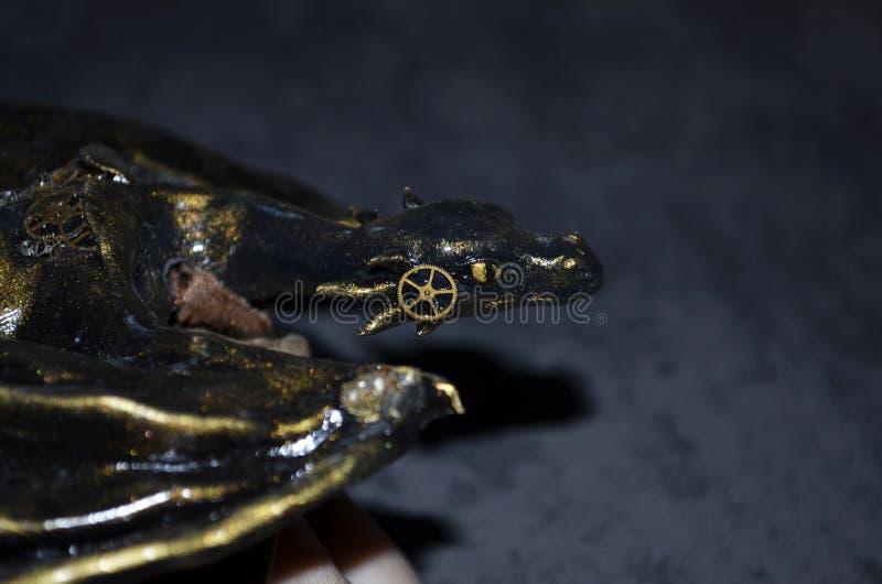 Close up de uma estatueta feito a mão do dragão do steampunk fotos de stock royalty free
