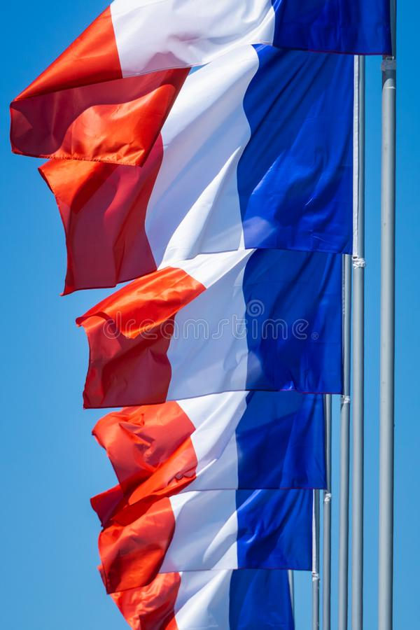 Close up de uma fileira da ondulação francesa das bandeiras imagens de stock