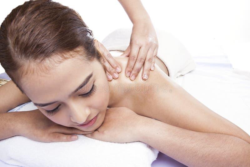 Close-up de uma jovem mulher que recebe a massagem traseira em termas foto de stock royalty free