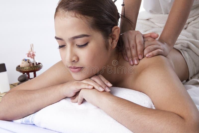 Close-up de uma jovem mulher que recebe a massagem traseira em termas foto de stock
