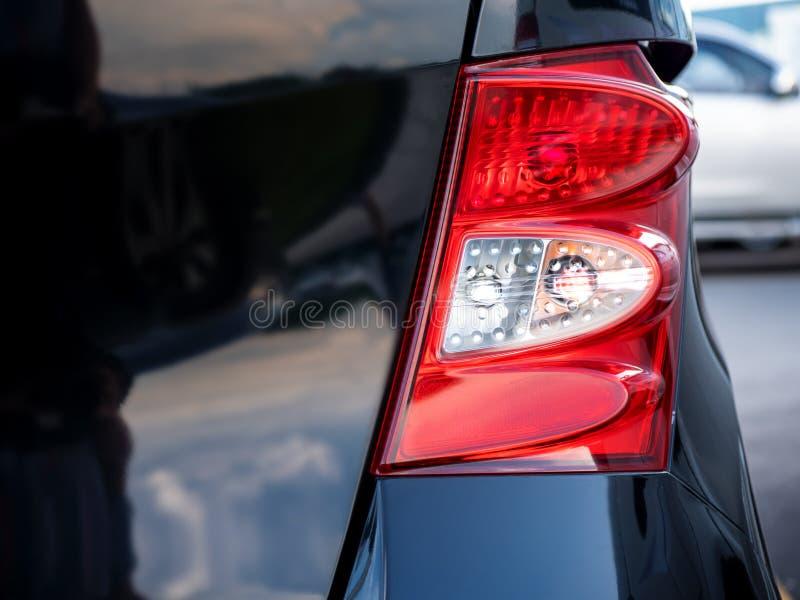 Close up de uma lanterna traseira em um carro moderno fotos de stock