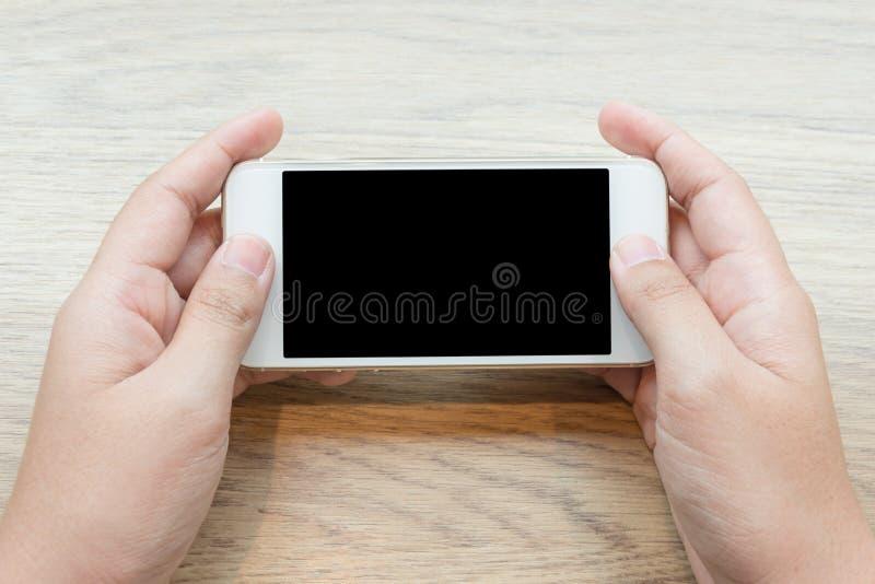 Close-up de uma mão da mulher que guarda o vídeo de observação do telefone celular fotografia de stock