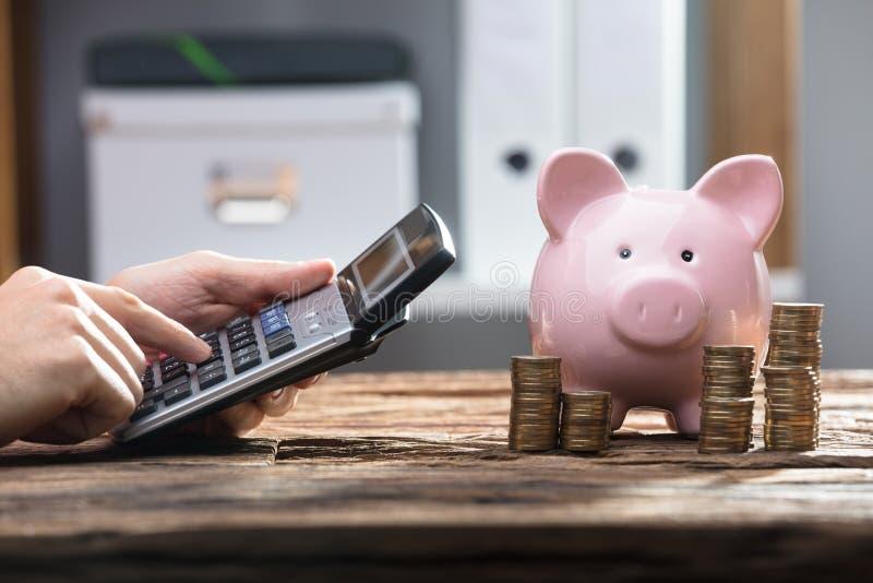 Close-up de uma mão do ` s do empresário usando a calculadora foto de stock royalty free