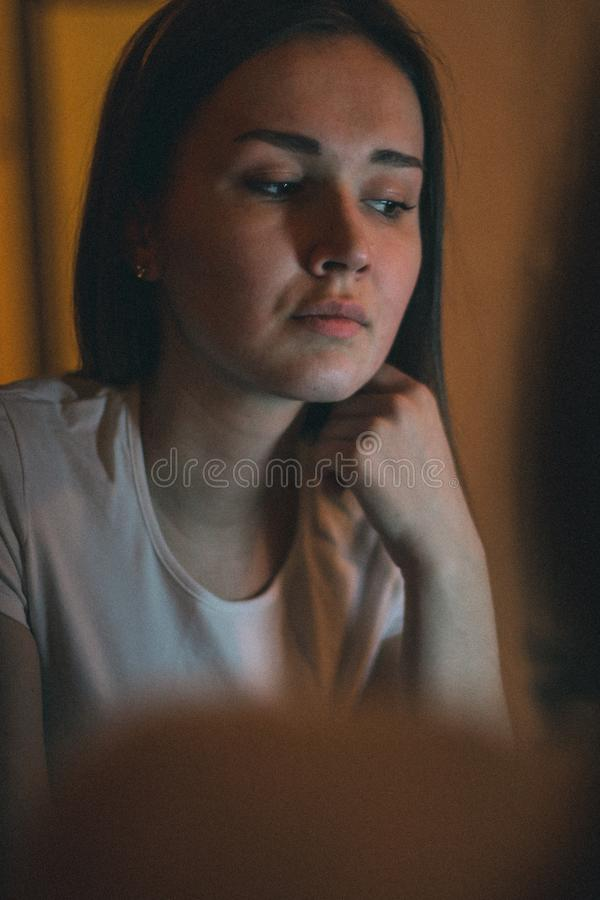 Close up de uma menina sedutor bonita que olha sua reflexão no espelho ao guardar uma mão perto de sua cara L?mpada imagens de stock royalty free