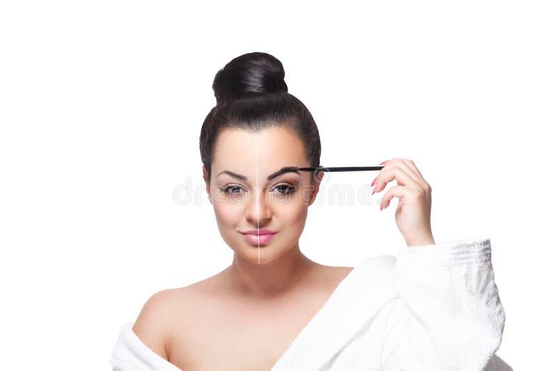 Close-up de uma mulher da beleza que faz a composição foto de stock