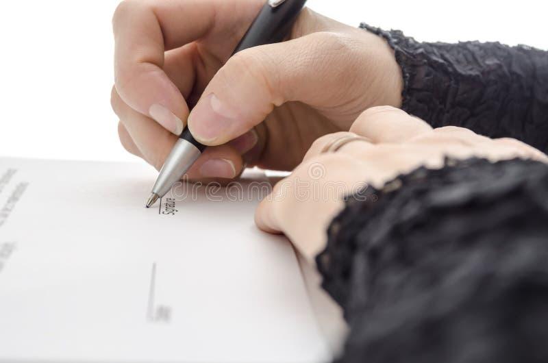 Close up de uma mulher de negócios que assina um contrato foto de stock royalty free