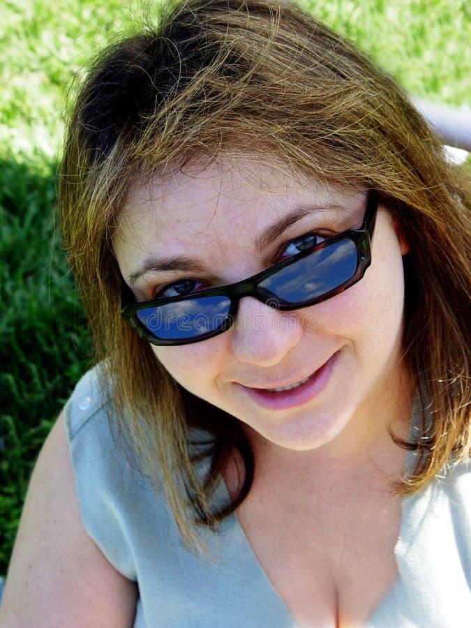 Close up de uma mulher de sorriso fotografia de stock