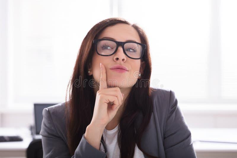 Close-up de uma mulher de negócios contemplada imagem de stock