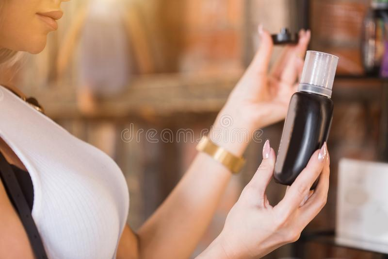 Close-up de uma mulher que guarda um tubo Cosméticos, cuidado, termas, conceito da saúde imagem de stock royalty free