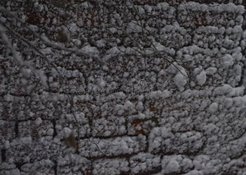 Close-up de uma parede de tijolo gelada coberto de neve com um fundo macio fotos de stock