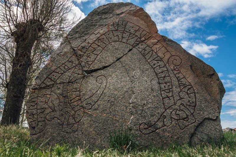 Close up de uma pedra velha rachada da runa na Suécia fotografia de stock