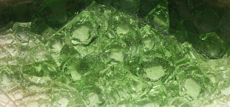 Close up de uma pilha de muitos cristais esmeraldas verdes, fundo verde, transição de escuro - verde a verde-claro imagem de stock