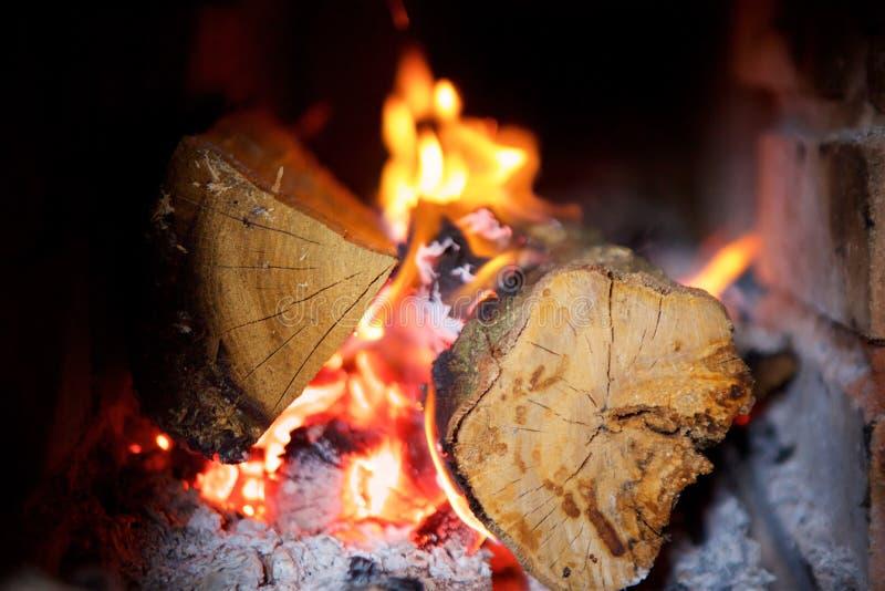 Close-up de uma queimadura do fogo de madeira fotos de stock