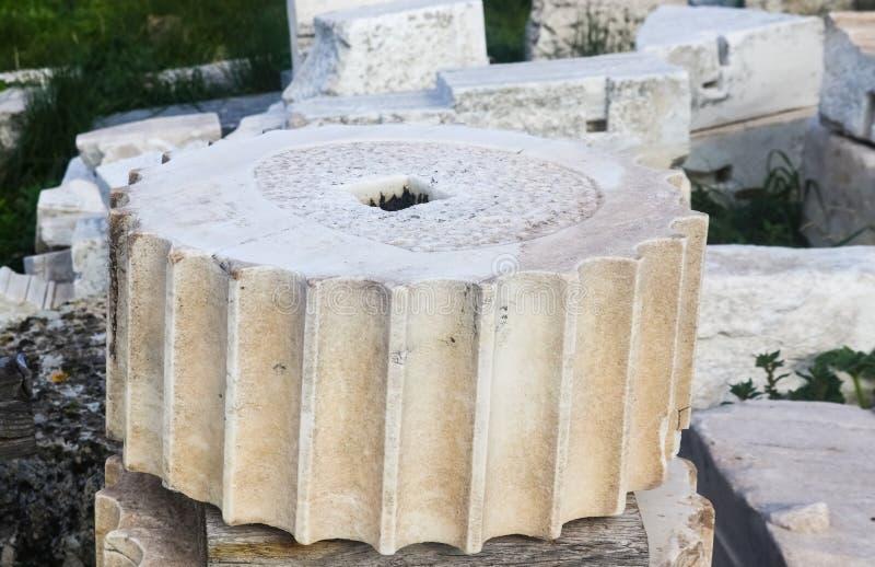 Close up de uma seção de uma coluna grega da acrópole de Atenas que mostra o inteiro quadrado usado para caber junto as colunas imagens de stock