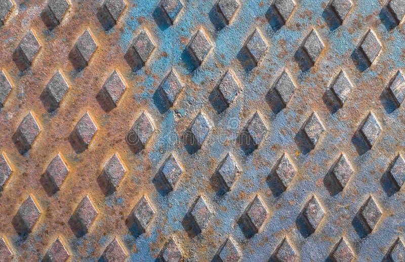 Close up de uma tampa de câmara de visita oxidada foto de stock royalty free