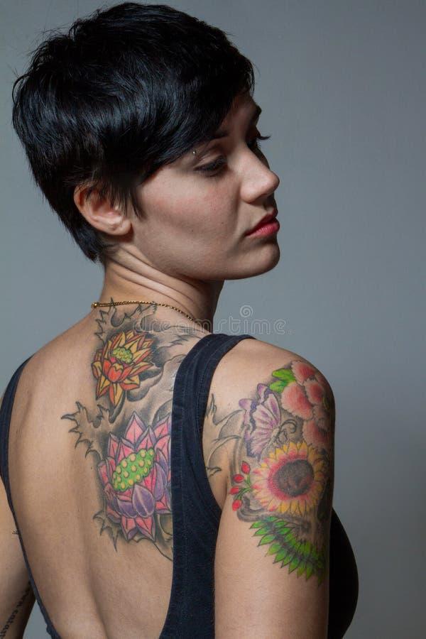 close up de uma tatuagem de uma mulher moreno do curto cabelo que veste um bla imagem de stock. Black Bedroom Furniture Sets. Home Design Ideas