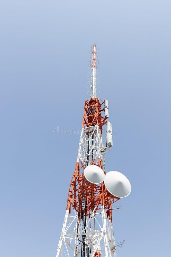 Close up de uma torre de antena da telecomunicação do rádio de Japão imagens de stock