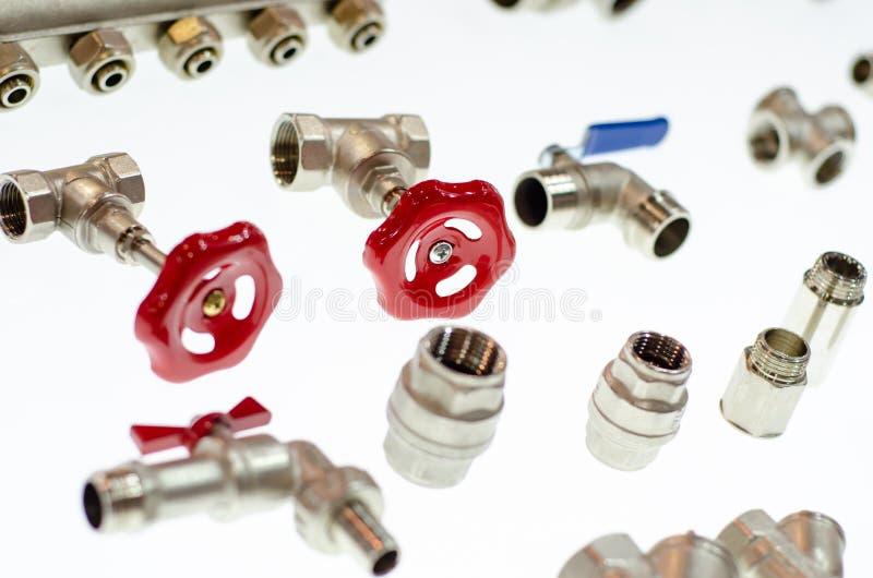 Close-up de v?lvulas de bola e de adaptadores diferentes do metal para as tubula??es fotos de stock