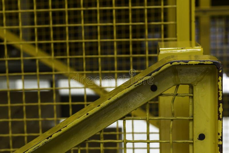 Close-up de vista industrial da escadaria Trilhos amarelos e arredores fotos de stock