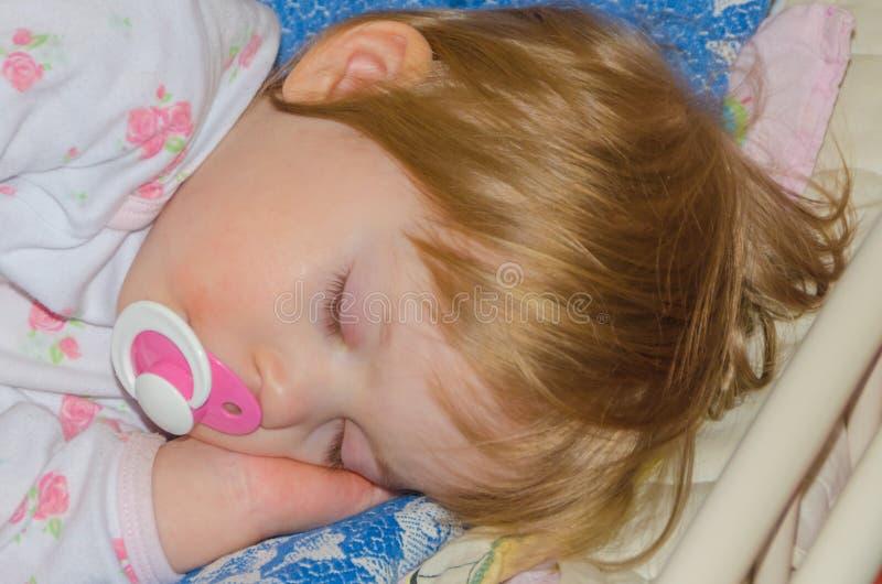 Close-up, in de voederbak die zoete baby slapen royalty-vrije stock afbeelding