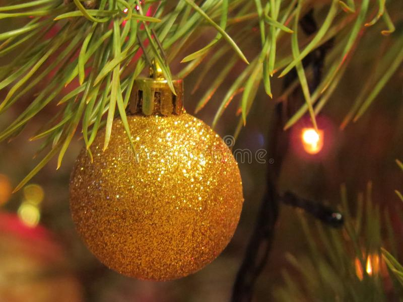 Close up decorado da árvore de Natal Bolas vermelhas e douradas e festão iluminada com lanternas elétricas Macro das quinquilhari fotos de stock